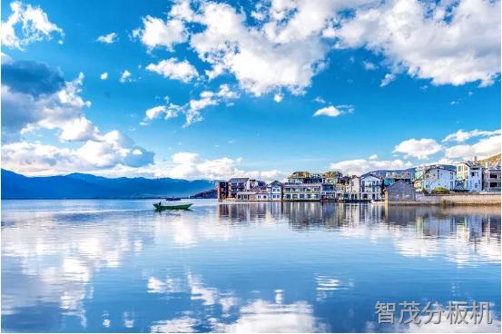 洱海水天連為一體的美景照片